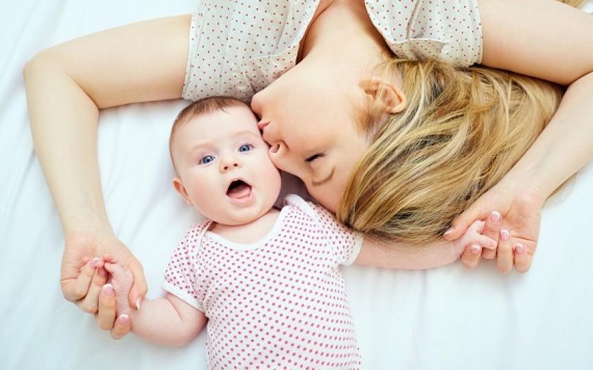 Studiu: Cu cât îți îmbrățișezi mai mult copilul, cu atât creierul copilului are beneficii mai multe