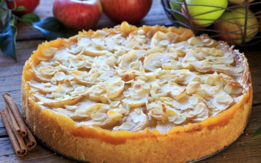 Un deliciu pentru pici: Prăjitură cu mere, alune și glazură