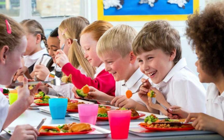 Cum sunt hrăniți copiii la școală în diferite țări