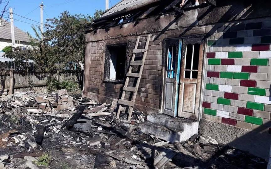 Doi copii salvați dintr-un incendiu. Părinții au plecat în sat, iar pe copii i-au încuiat în casă