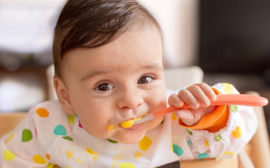 Ghid de diversificare pentru bebelușii de 6-12 luni