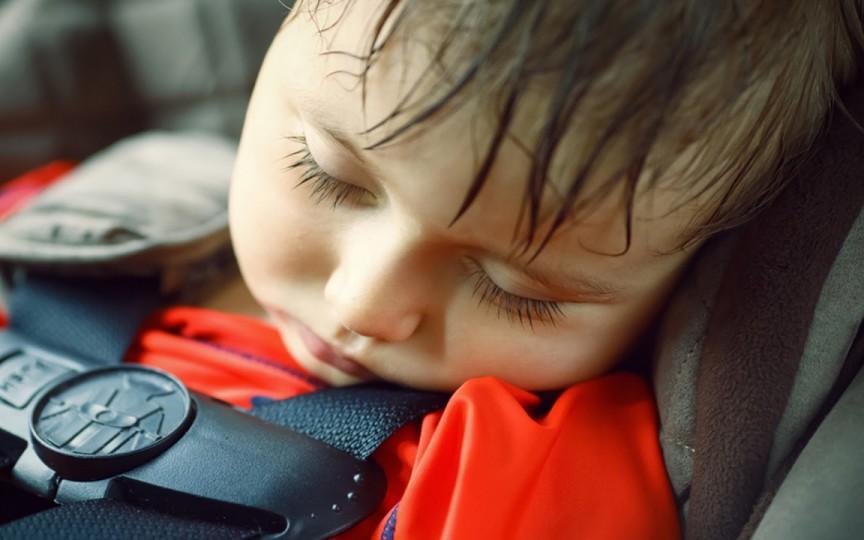 Copil de nici un an, singur într-o mașină parcată în soare, la Ciocana. Mama era plecată la cumpărături