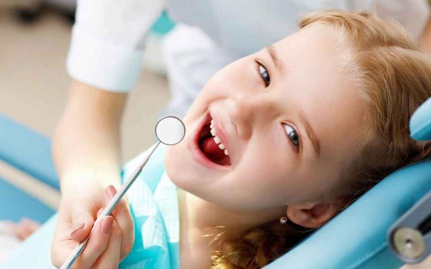 Cele mai dăunătoare obiceiuri pentru dinţii copiilor
