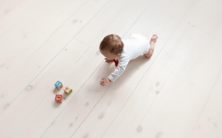 Cum spălăm podeaua în casa în care un bebeluș merge de-a bușilea