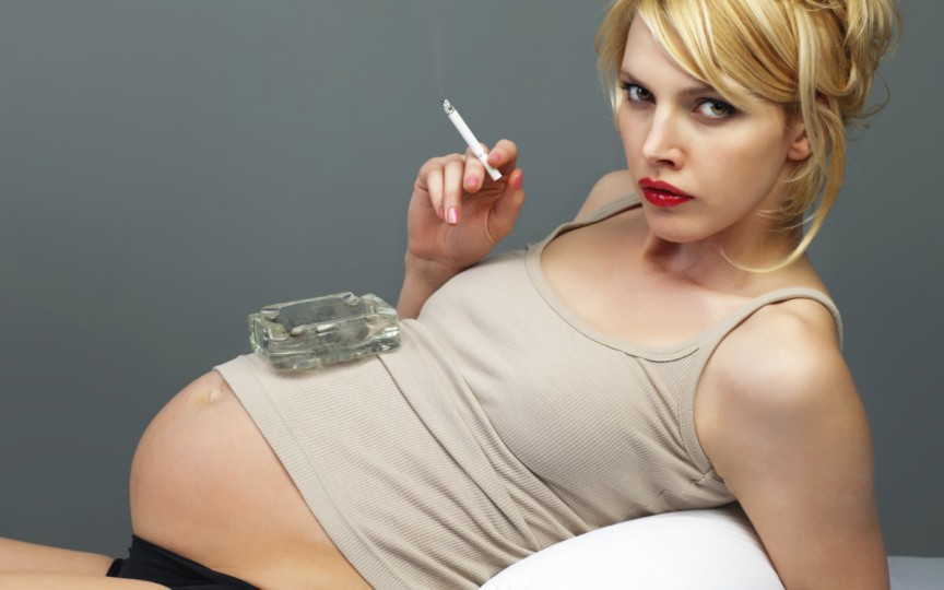 Femeile care fumează în timpul sarcinii cred că vor naște mai ușor