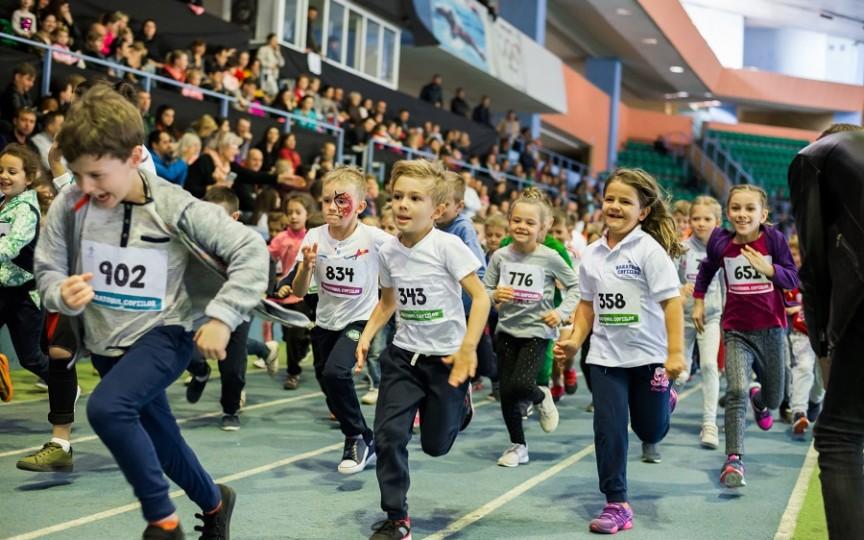"""Număr record de participanți la """"Maratonul Copiilor"""". O mie de micuţi s-au prins în Cursa Bunătăţii!"""