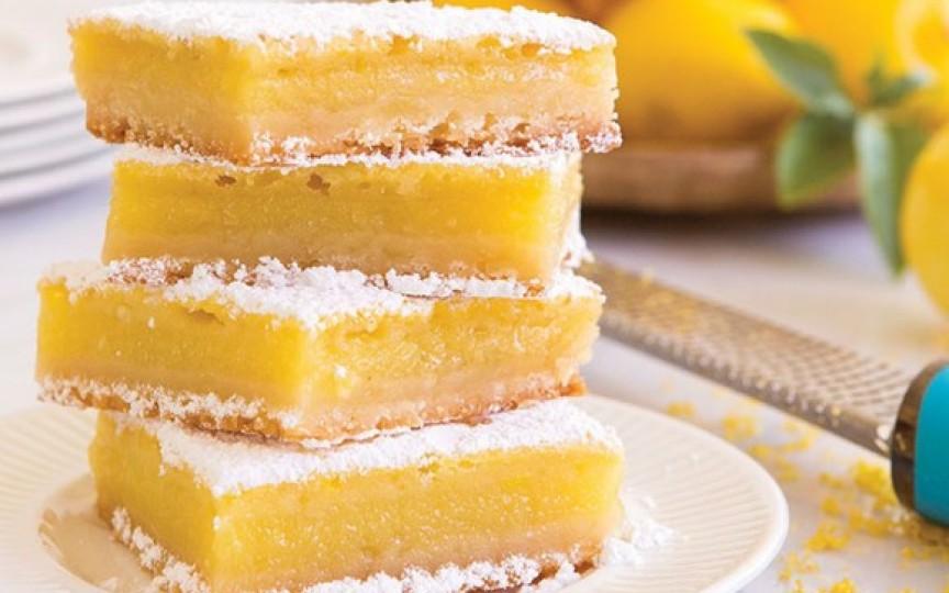 Iată cum se gătește cea mai simplă rețetă de prăjitură cu umplutură de lămâie!