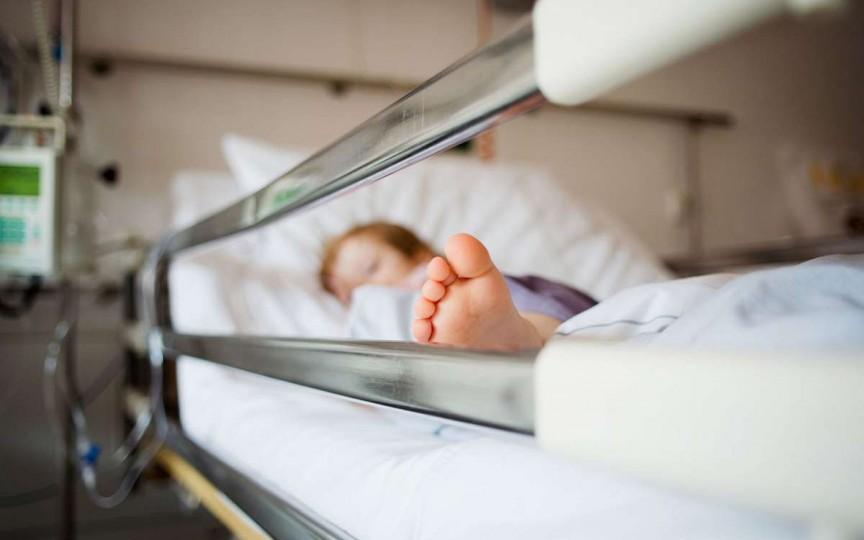 Un copil a fost internat la spital după ce a băut detergent de vase