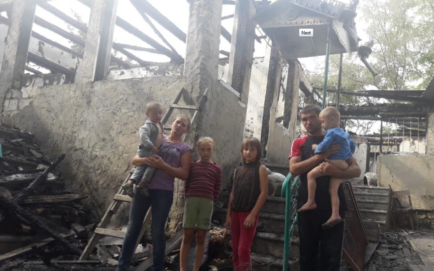 O familie cu 5 copii nu mai are nimic după ce le-a ars casa. Un club sportiv din capitală adună rechizite, haine și alimente pentru ei