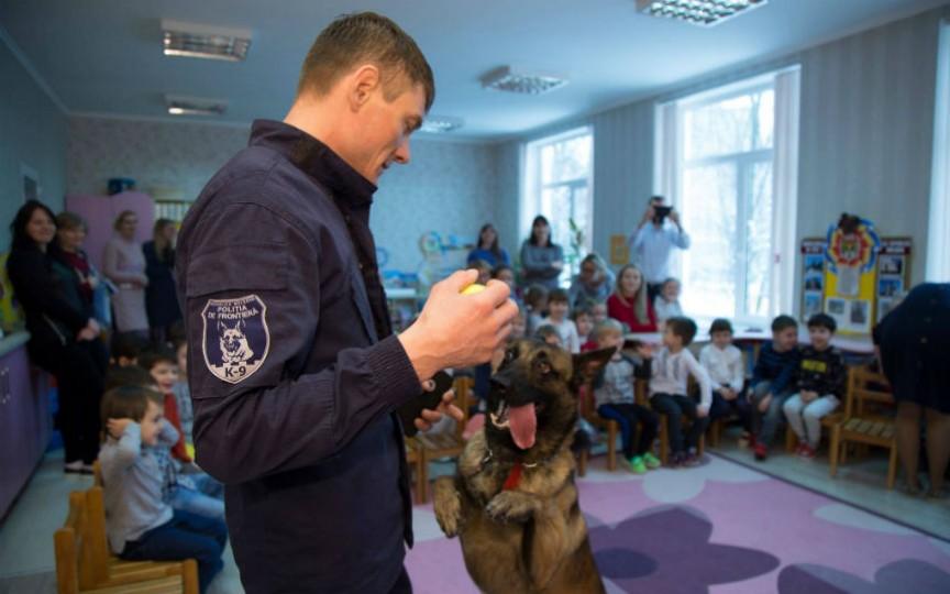 (FOTO) Câinele polițist de frontieră, în vizită la o grădiniță din capitală. Vedeți a cui a fost inițiativa!