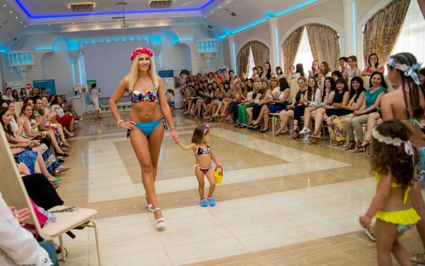 DEFILARE INCENDIARĂ cu mămici şi fiice în costume de plajă!