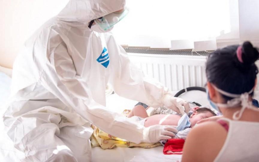 O mamă cu COVID-19 care doar ce născuse, a fost transferată în mijlocul nopții la un alt spital, fără copilul nou-născut