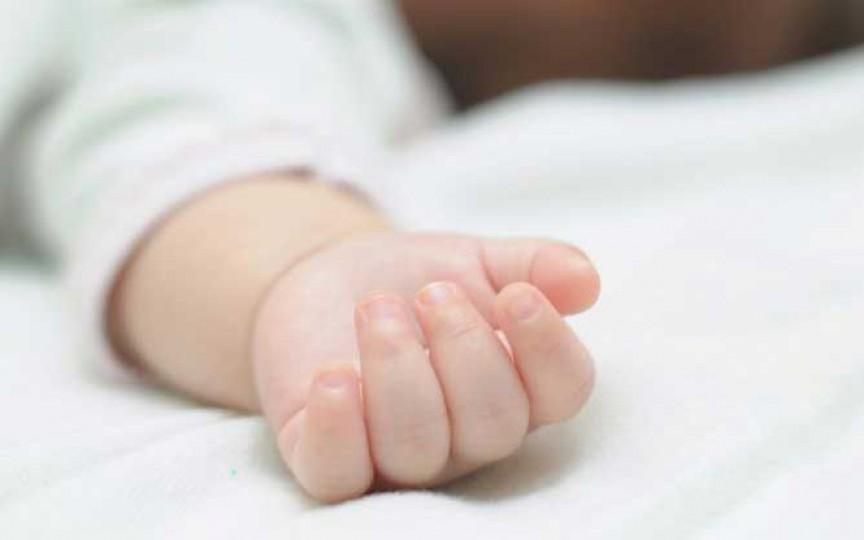 Înfiorător! Bebeluș mort după ce părinții ar fi băut alcool și ar fi adormit peste copil