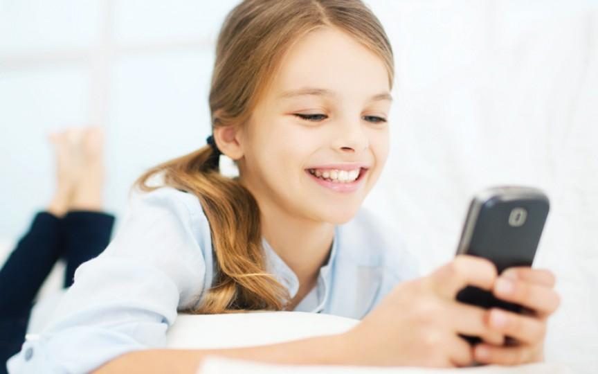 La ce vârstă poţi să îi procuri copilului un telefon mobil?