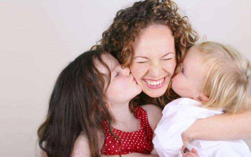 Cercetătorii au stabilit că copiii ai căror mame revin la muncă se dezvoltă mai bine