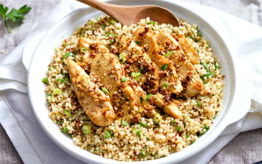 Cereală-minune: quinoa. Vă propunem o rețetă de pui cu quinoa pentru cină