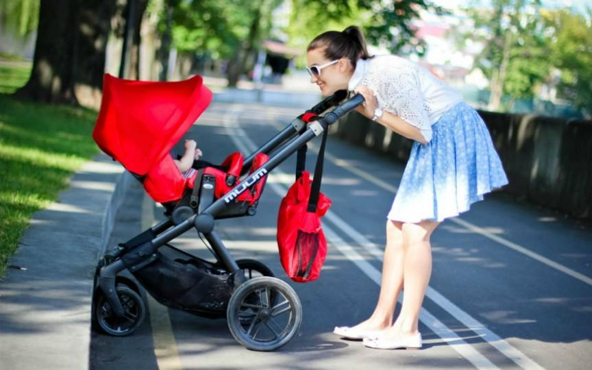 Când ieșiți cu copilul la plimbare pe caniculă nu faceți această greșeală