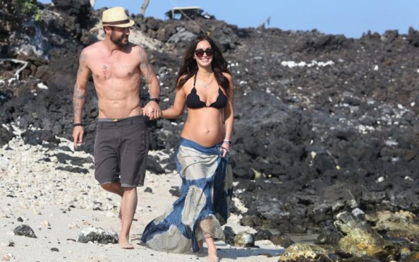Megan Fox și-a scos burtica la bronzat
