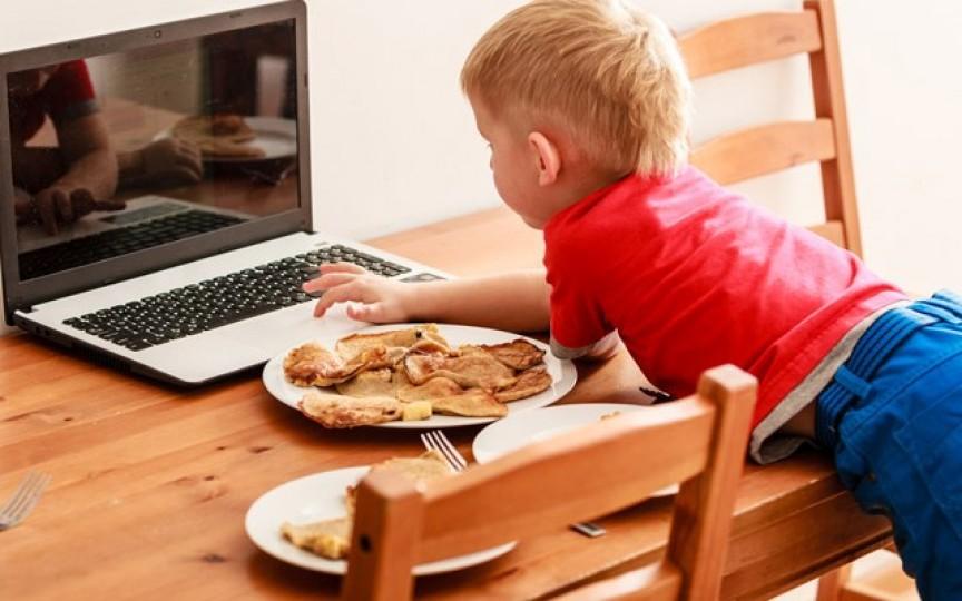 De ce nu e bine să-ți hrănești copilul cu un ecran în față? Medicul răspunde!