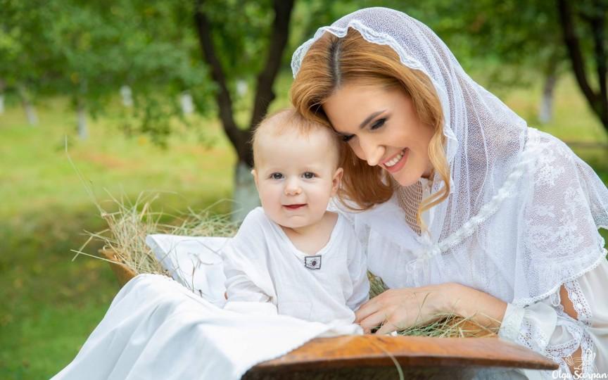 Prima ședință foto a fiului de 6 luni al Tatianei Heghea. Are un zâmbet cuceritor!