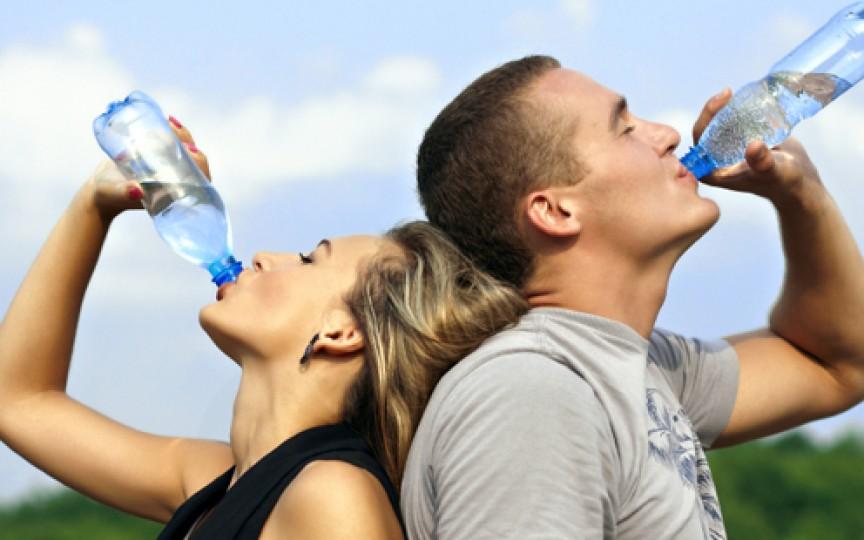 Căldură mare! 6 semne că beți prea puțină apă