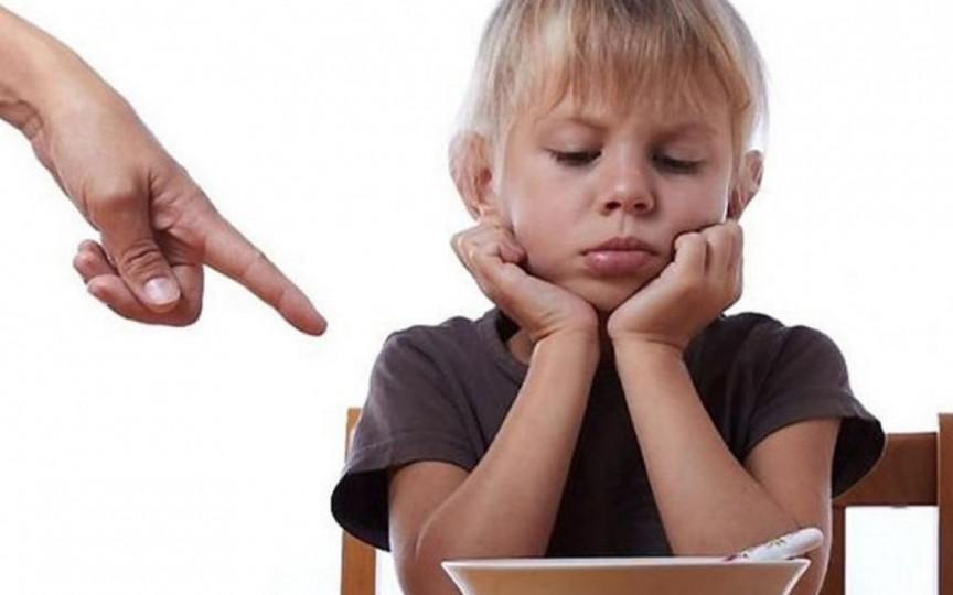 La ce pericole îți expui copilul dacă îl forțezi să mănânce