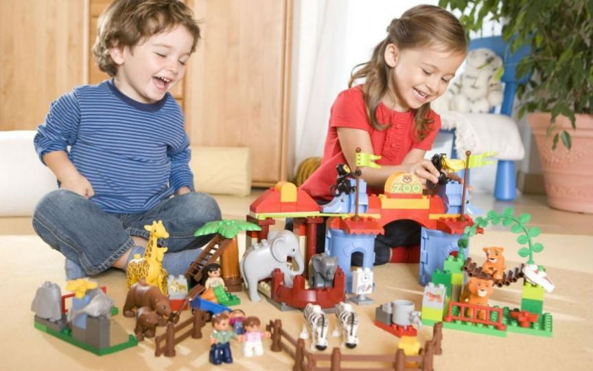 Atunci când mai puțin înseamnă mai bine: 8 motive de ce să nu le luați copiilor multe jucării