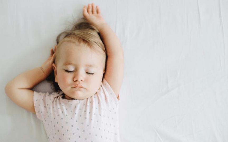 Cum evoluează somnul copilului până la vârsta de 1 an și care este ora potrivită pentru a-l pune la culcare