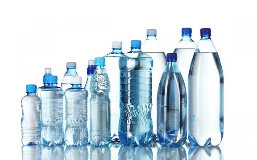 Ce trebuie să verifici atunci când cumperi apă îmbuteliată