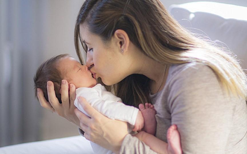 4 boli care pot fi transmise bebelușului prin sărutul pe gură