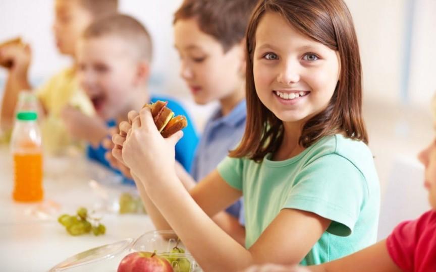 Știi ce mănâncă copilul tău la școală sau grădiniță? Dă-i mâncare la pachet!