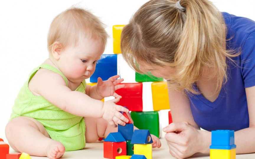 Copilul poate învăța culorile jucându-se. Vezi câteva metode inedite!