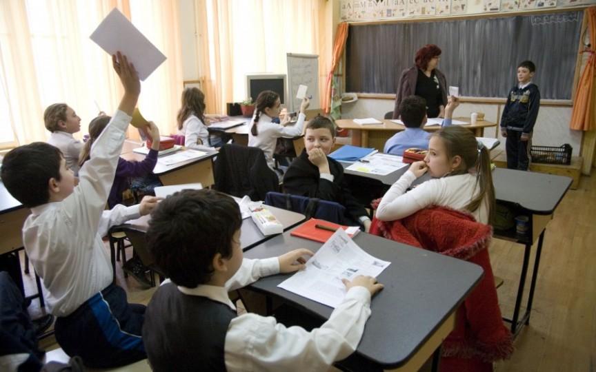 Lipsa elevilor în clasele liceale conduce la reorganizarea a două licee din municipiul Chișinău