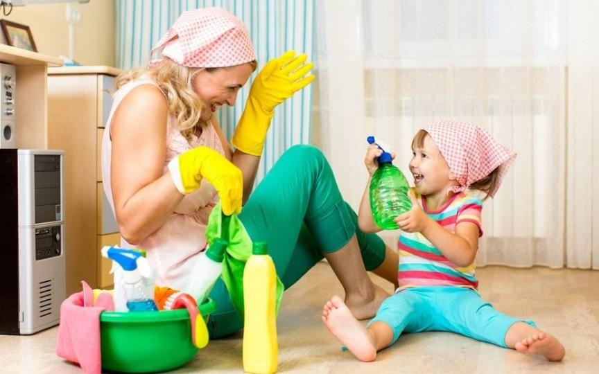 Cum să-ți convingi copilul să te ajute la curățenie