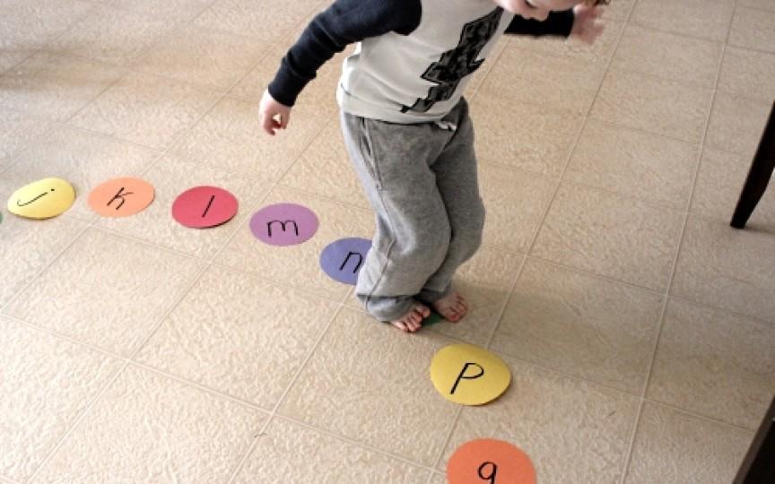 Cum înveți alfabetul mai ușor? Joc distractiv pentru copii