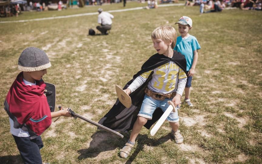 Copiii și maturii sunt invitați la cele mai captivante turniruri medievale internaționale