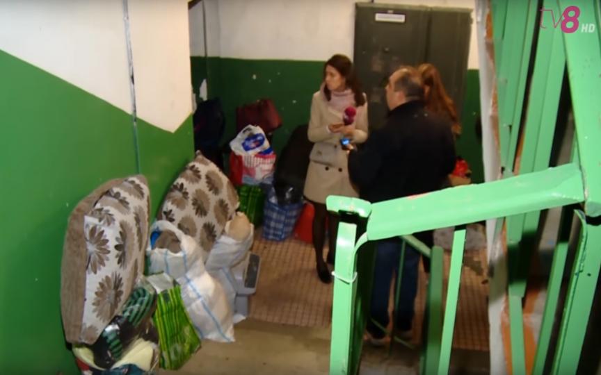 O femeie din capitală cu doi copii a ajuns în stradă, după ce fostul soț a gajat apartamentul la o firmă de microfinanțare