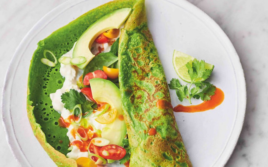 Clătite verzi cu spanac şi umplutură de avocado, roşii cherry şi brânză – sunt un deliciu sănătos