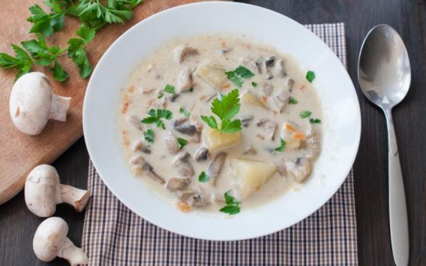Foarte potrivită pentru zilele reci – supă de ciuperci cu cartofi