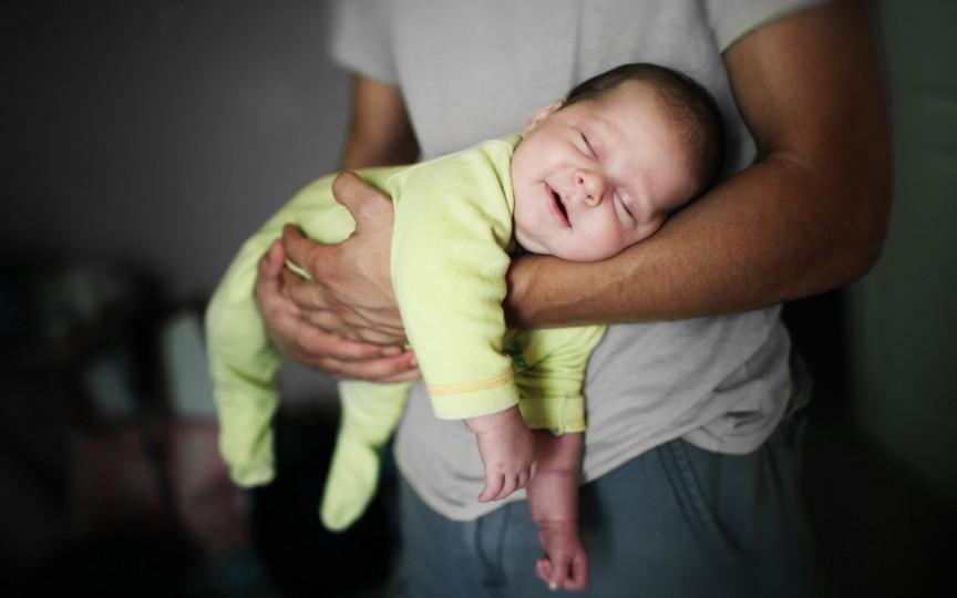 Cât timp îl ții în brațe pe bebe?