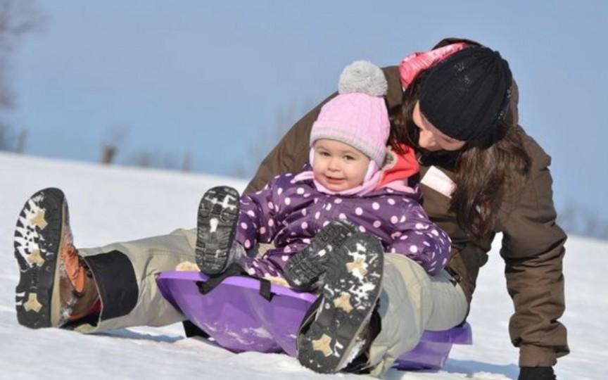 Plimbarea copilului iarna. Reguli importante și ce trebuie să știi!
