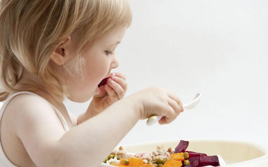 Nutriționist recunoscut: Un copil nu trebuie să mănânce dietetic sau degresat