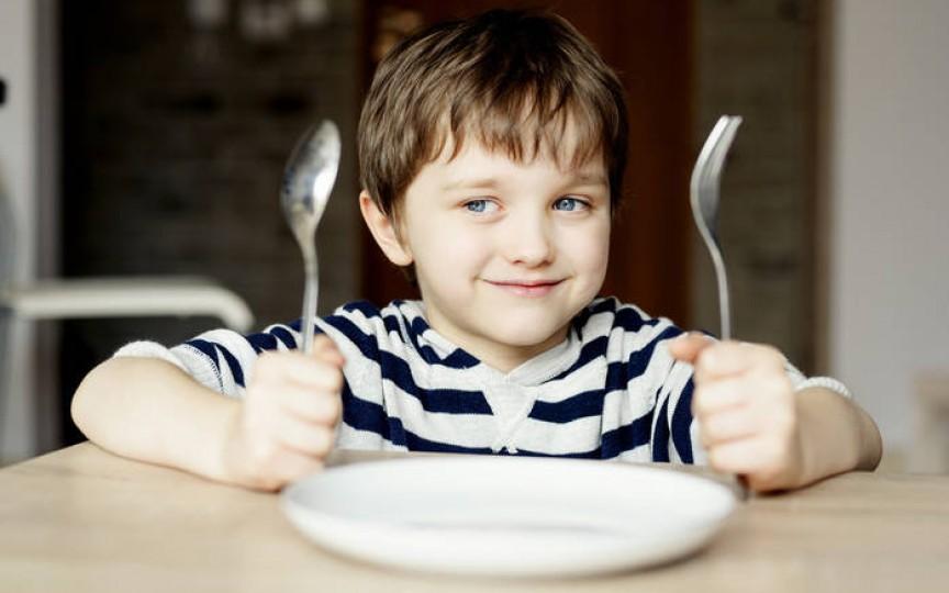 Principalele sfaturi pentru părinții care doresc să-și învețe copilul să mănânce sănătos