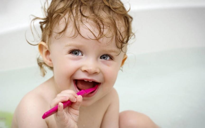Sfaturile specialistului: cum să alegi corect periuţa de dinţi a copilului