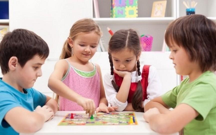Jocuri distractive şi educative recomandate de psiholog pentru perioada când copiii stau acasă