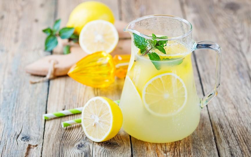 O rețetă de limonadă antiinflamatoare pentru durerile menstruale