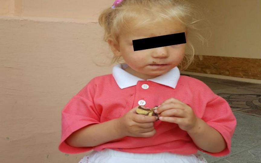 Fetiță de circa 2 ani, depistată la Piața Centrală. Poliția îi caută părinții
