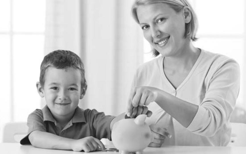 Calcule: Ce salariu ar avea o mamă dacă ar fi plătită pentru că stă acasă cu copilul?