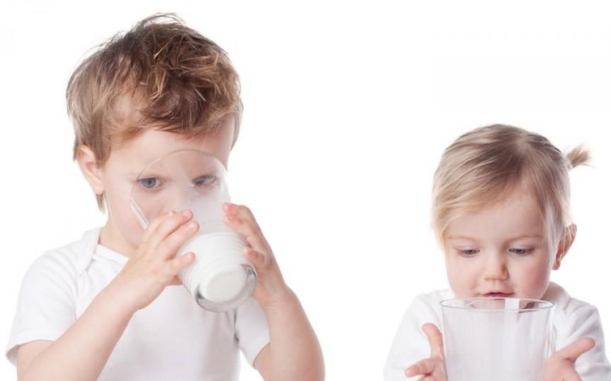 De ce laptele de vacă nu este potrivit pentru a fi introdus în alimentaţia copiilor mici