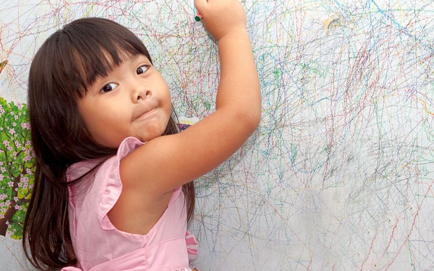 Pereții au fost colorați de copii? Vezi metode eficiente de a-i curăța!